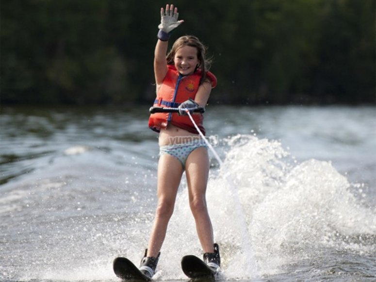女孩练习滑水