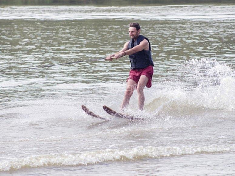 男子学习滑水