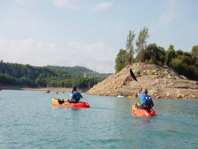 Remando a bordo de los kayaks