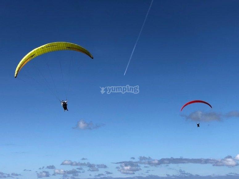 Disfrutando de un vuelo en parapente