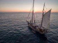 日落老帆船帆船