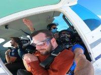 在飞机上跳伞