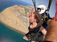 飞行在降落伞在马斯帕洛马斯