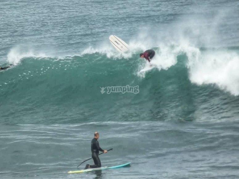 Cogiendo olas en Naves