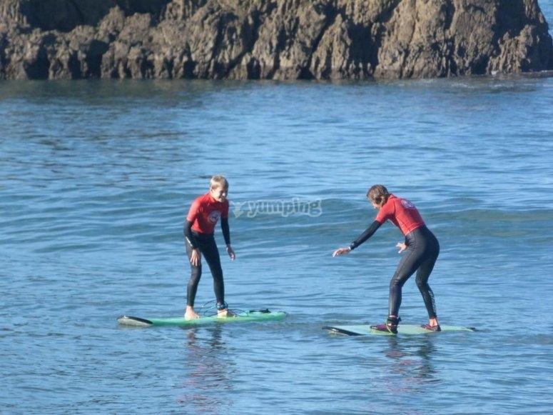 Niños aprendiendo a surfear