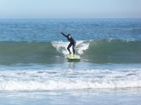 Mujer surfeando en Asturias