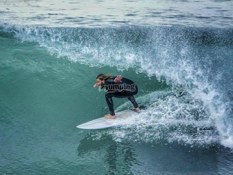 Practicando surf en Llanes