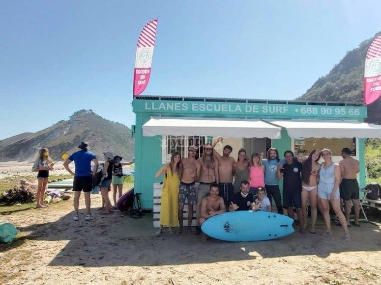 Listos para surfear en la playa de San Antolín