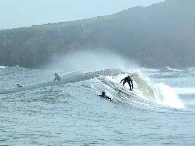 Practicando surf en Asturias