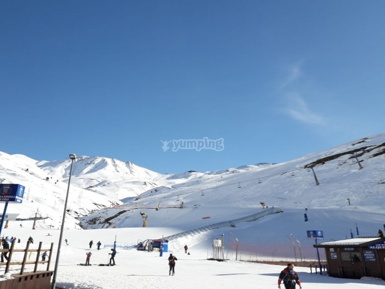 Candanchú车站的雪坡脚