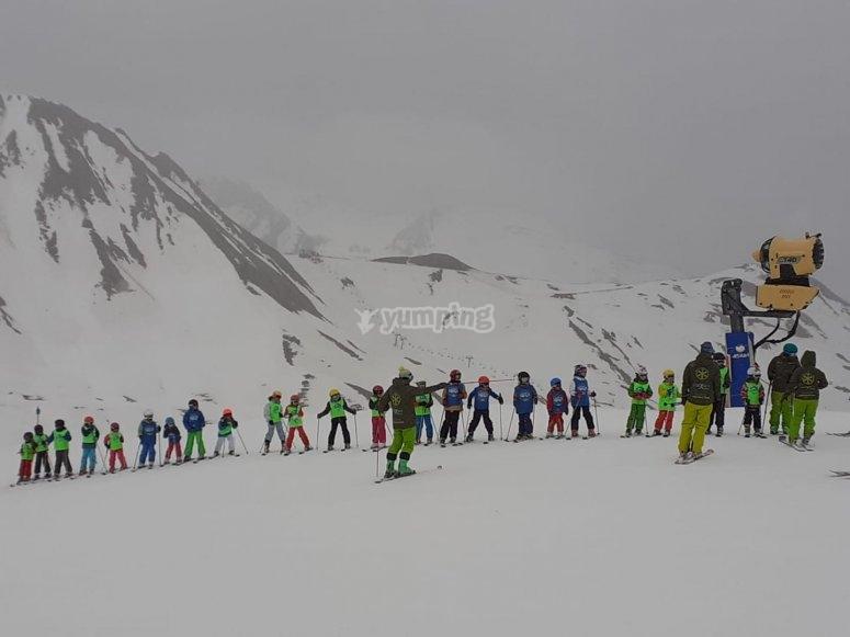 一群孩子在坎大丘学习滑雪