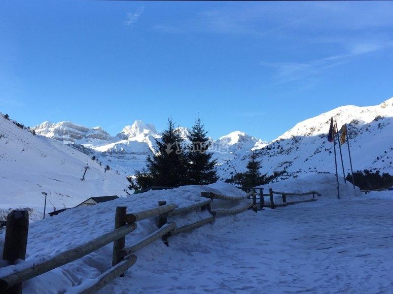 滑雪时比利牛斯山的景色