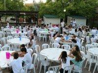 Participantes del campamento en las mesas
