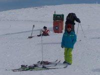 esquis y esquiador