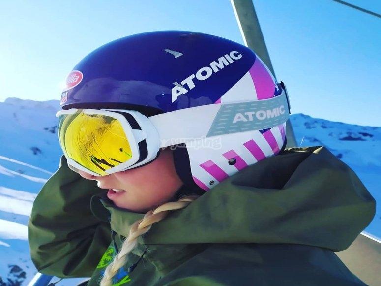 在站的滑雪缆车上的女士