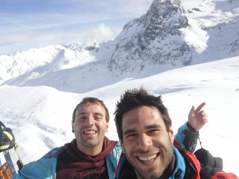 车站顶部的滑雪教练和学生