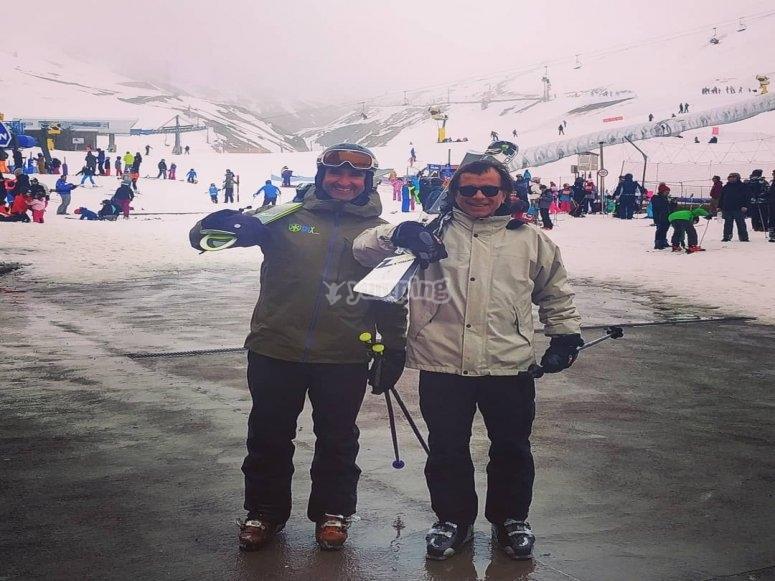滑雪的学生和老师在滑雪道的脚下