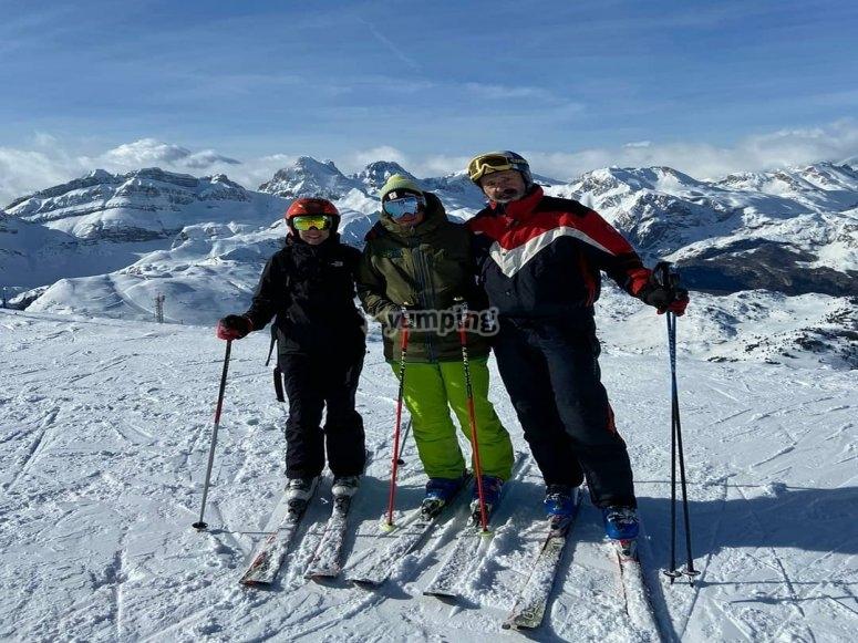 度假村的老师和滑雪学生