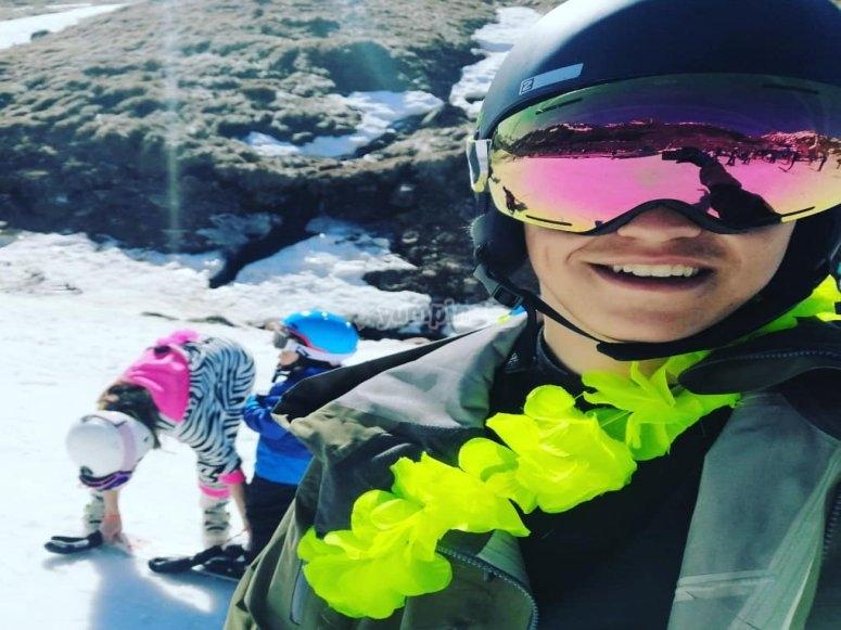 与他的滑雪学生一起监视