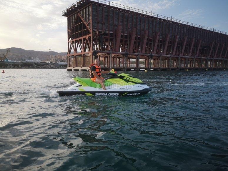 Disfrutando de un paseo en moto de agua por la costa almeriense