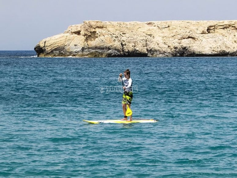Disfrutando de un paseo íntimo en paddle surf