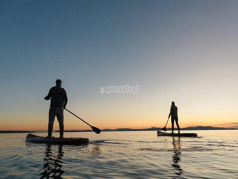 Navegando en paddle surf con un amigo