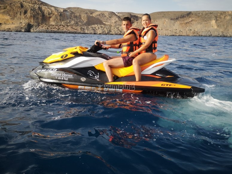 Disfrutando de una excursión en moto de agua biplaza