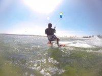 Tavola da kite sotto il sole della Galizia