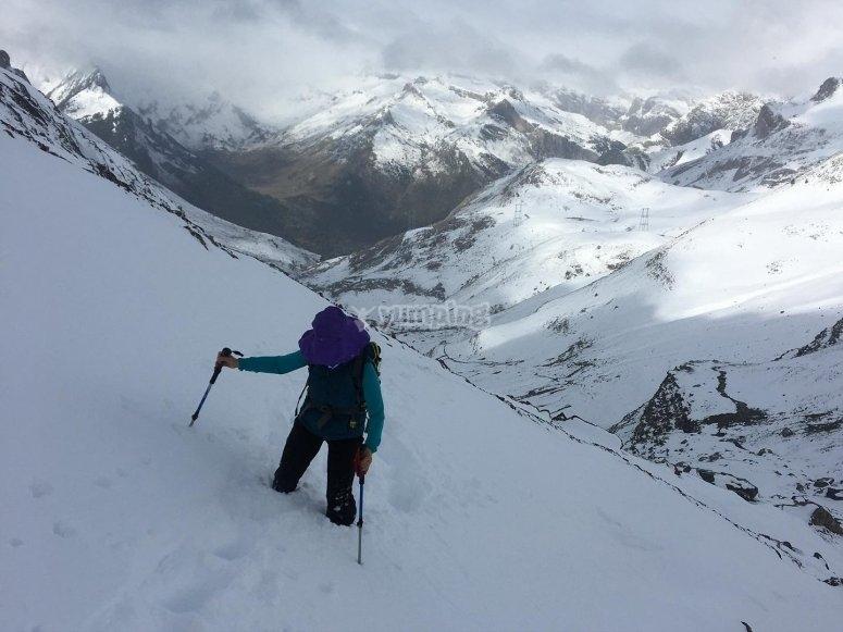 在白雪皑皑的地形上爬坡