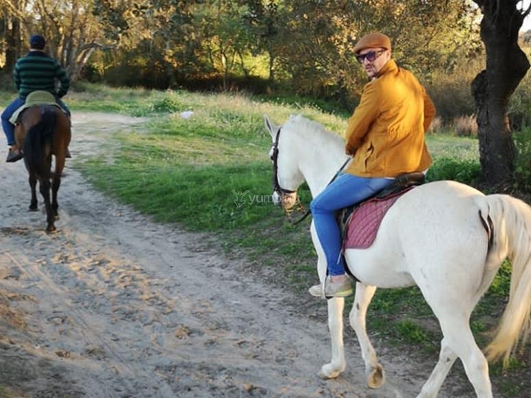 Disfrutando de una excursión a caballo por el parque Doñana