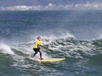 年轻的冲浪者