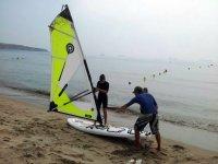 Dando indicaciones al alumno de windsurf