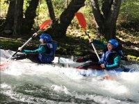 Kayak en tramo de aguas bravas