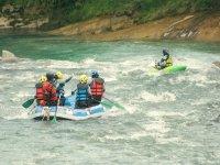 practicando rafting