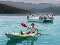 Nel kayak con la barca di fondo