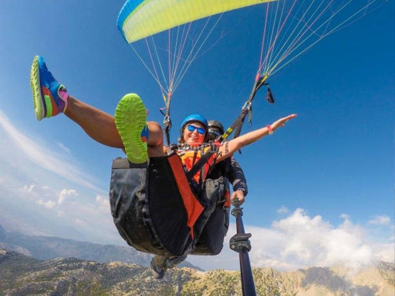 双人滑翔伞在塞拉乌尔巴萨