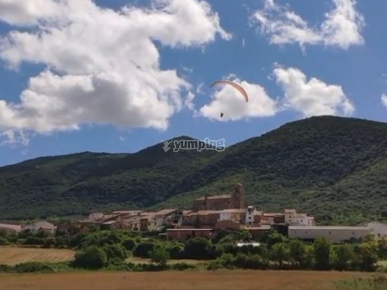 通过滑翔伞通过Villamayor deMonjardín飞行
