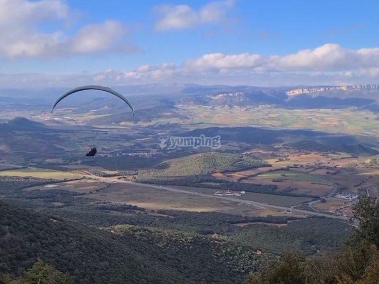通过滑翔伞飞行通过Villamayor deMonjardín