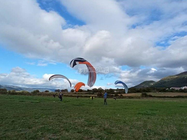 准备通过滑翔伞飞行