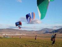 在蒙特朱拉上空滑翔伞飞行