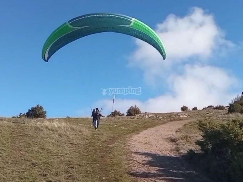 准备滑翔伞飞行