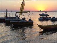 Navi e motocicli al tramonto