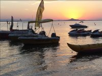 Barche e motocicli al tramonto