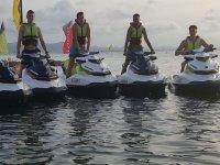 Ragazzi a bordo delle moto d'acqua