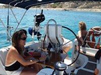 Tomando bebidas en el barco
