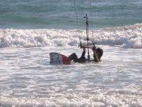 观看使用风筝冲浪设备的海浪