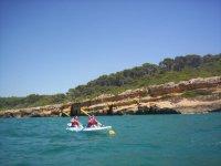 组皮艇皮划艇游的海岸航行双