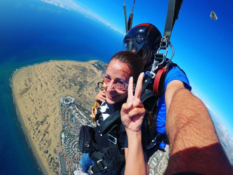 Parachute jumping through the dunes of Maspalomas
