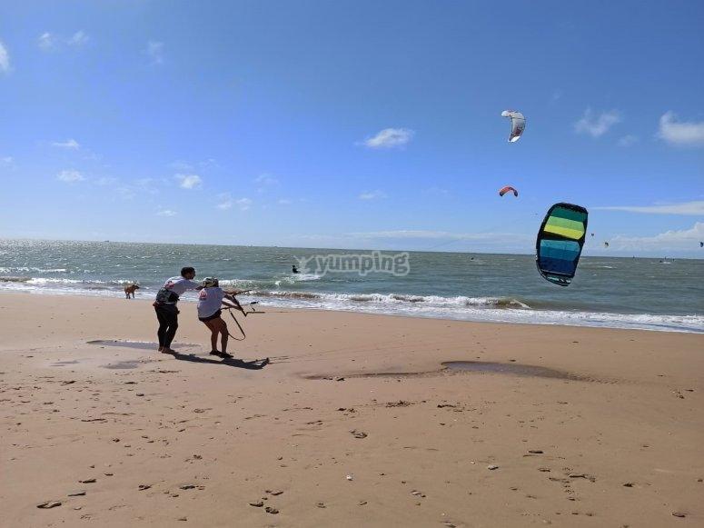 Alumno de kitesurf junto al profesor