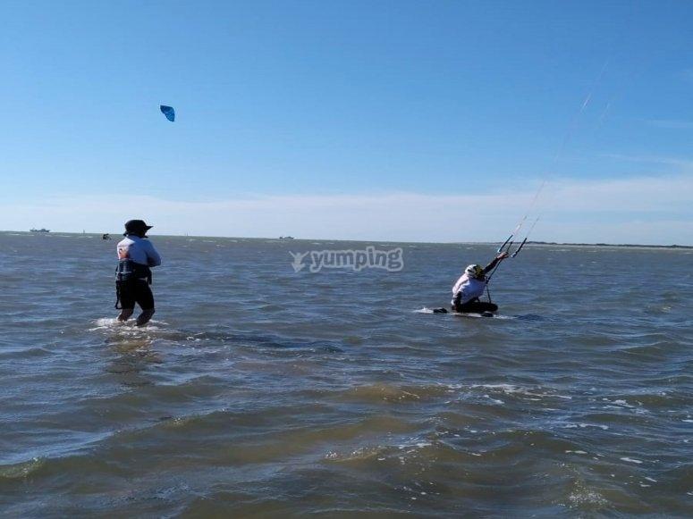 En la orilla haciendo kitesurf